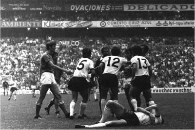 alemaniaitalia_semifinal_1970_lesionado_beckenbauer_400