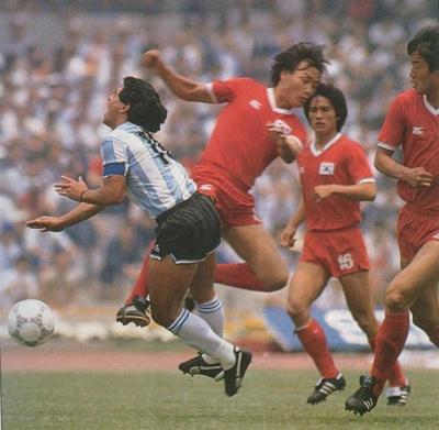 argentina_correa_del_sur_patada_hum_a_maradona_400_01