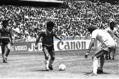 argentina_inglaterra_maradona_gambeteando_400