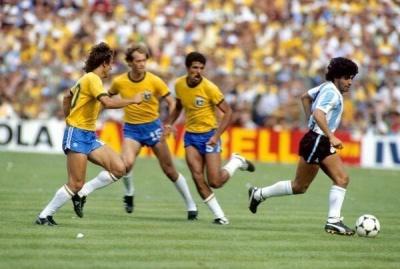 brasilargentina_maradona_entre_tres_brasileros_400
