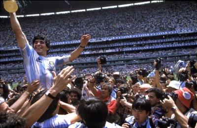 final_maradona_en_andas_levantando_la_copa_400