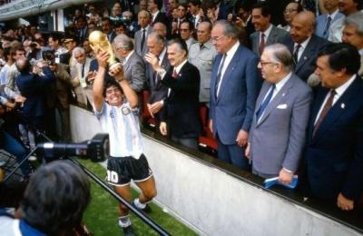 final_maradona_mostrando_la_copa_400