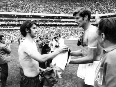italiaalemania_1970_semifinal_fachetti_y_mulletr_intercambian_camisetas_400