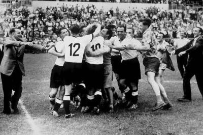 nemci_se_veselijo_naslova_po_finalu_1954_400